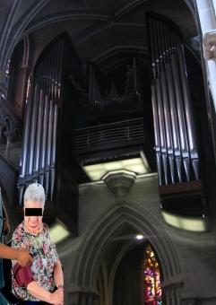 Frau Hauptvoll vor einem Orgelkonzert